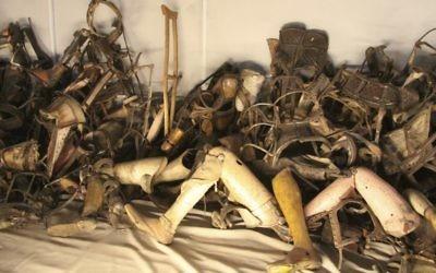 Pile de prothèses prises par les Nazis aux Juifs transportés à Auschwitz et désormais exposées au Musée d'Auschwitz (Crédit : Isaac Harari/FLASH90)