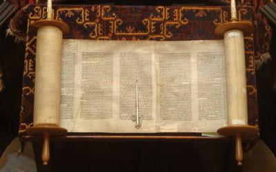 Un rouleau de la Torah ouvert (Crédit : CC BY Lawrie Cate/Wikimedia Commons)
