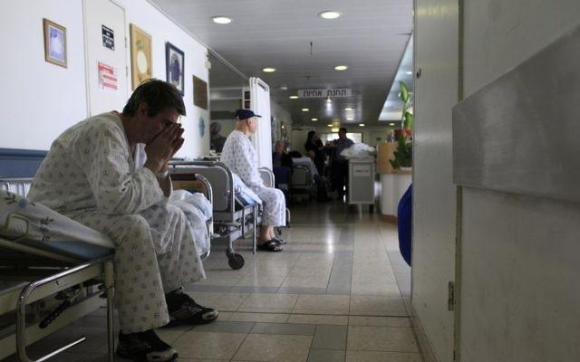 Patients dans un couloir d'hôpital (Crédit : Tsafrir Abayov/Flash90