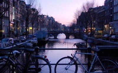 Un canal à Amsterdam. Illustration. (Crédit : Rachael Cerrotti/Flash90)