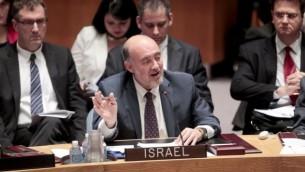Ron Prosor, émissaire israélien à l'ONU, lors d'un discours au Conseil de Sécurité, le 22 octobre 2013 au siège des Nations unies à NewYork (Crédit : Nations unies)