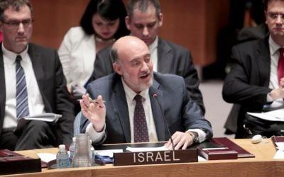 Ron Prosor, émissaire israélien à l'ONU, lors d'un discours au Conseil de Sécurité, le 22 octobre 2013 au siège des Nations unies à New York (Crédit : Nations unies)