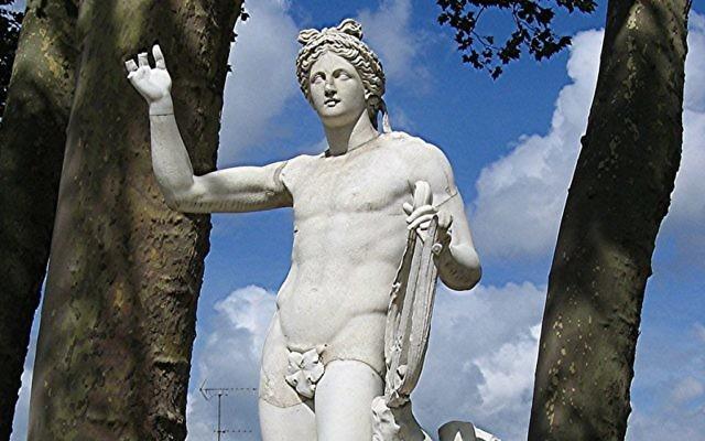 Statue d'Apollon, dans la demi-lune du bassin d'Apollon du Parc de Versailles. (Crédit : CC BY Urban/Wikipedia)
