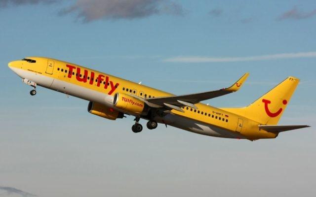 Un Boeing 737-800 allemand de la compagnie TUI décollant de Stuttgart, novembre 2010 (Crédit : CC BY Lasse Fuss/Wikimedia Commons)
