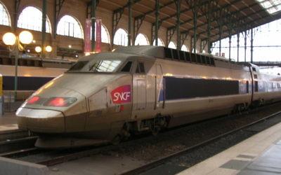 Train en gare SNCF (Crédit : Vincent Babillotte/Wikimedia commons)