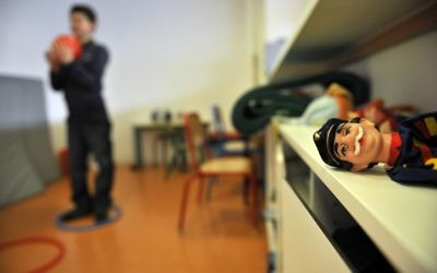 Un enfant autiste travaille avec un psychomotricien dans un institut médico-éducatif à Paris (Crédit : AFP/Archives Franck Fife)