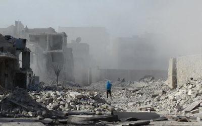 Un homme parmi les ruines après un bombardement sur la ville d'Alep, le 31 janvier 2014. (Crédit : AFP/Mohammed Al-Khatieb)