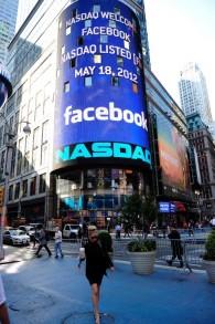 Un panneau couhaite la bienvenue à Facebook lors de son entrée à la Bourse de New York, le 18 mai 2012  (Crédit : AFP/Archives Emmanuel Dunand)