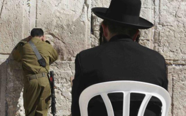 Un soldat de Tsahal et un Haredi au mur des Lamentations (Crédit : Nati Shohat/FLASH90)