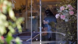 Une saoudienne se rend chez un fleuriste, le 13 février 2013 à Ryad (Crédit : AFP/Fayez Nureldine)