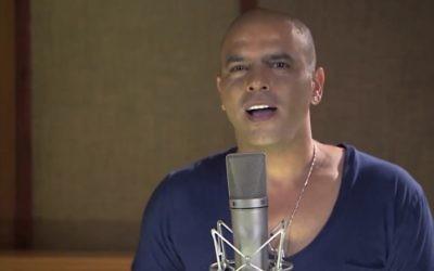 Eyal Golan chante 'Always My No. 1.' (Crédit : capture d'écran EyalGolanOfficial/YouTube)