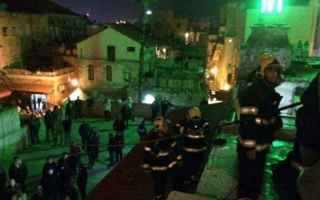 Les pompiers tentent d'atteindre des personnes coincées dans les décombres d'un bâtiment effondré à Akko à la suite d'une explosion de gaz (Crédit : Ichud Hatzalah/porte-parole)