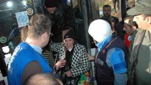 Des Syriens évacués des quartiers assiégés de Homs, le 12 février 2014 lors d'une opération humanitaire. (Crédit : AFP)