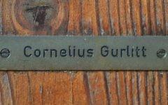 Plaque au nom de Cornelius Gurlitt sur sa maison à Salzbourg, en Autriche, où ont été découvretes 1 406 oeuvres, en partie probablement issues de pillages nazis (Crédit : AFP Wildbild)