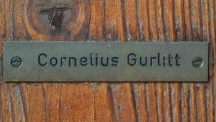 Plaque au nom de Cornelius Gurlitt sur sa maison à Salzbourg, en Autriche, où ont été découvretes 1.406 oeuvres, en partie probablement issues de pillages nazis (Crédit : AFP Wildbild)