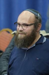 Le journaliste Aharon Granot de la ville Kiryat Arba (Crédit : Eli Cobin/autorisation)
