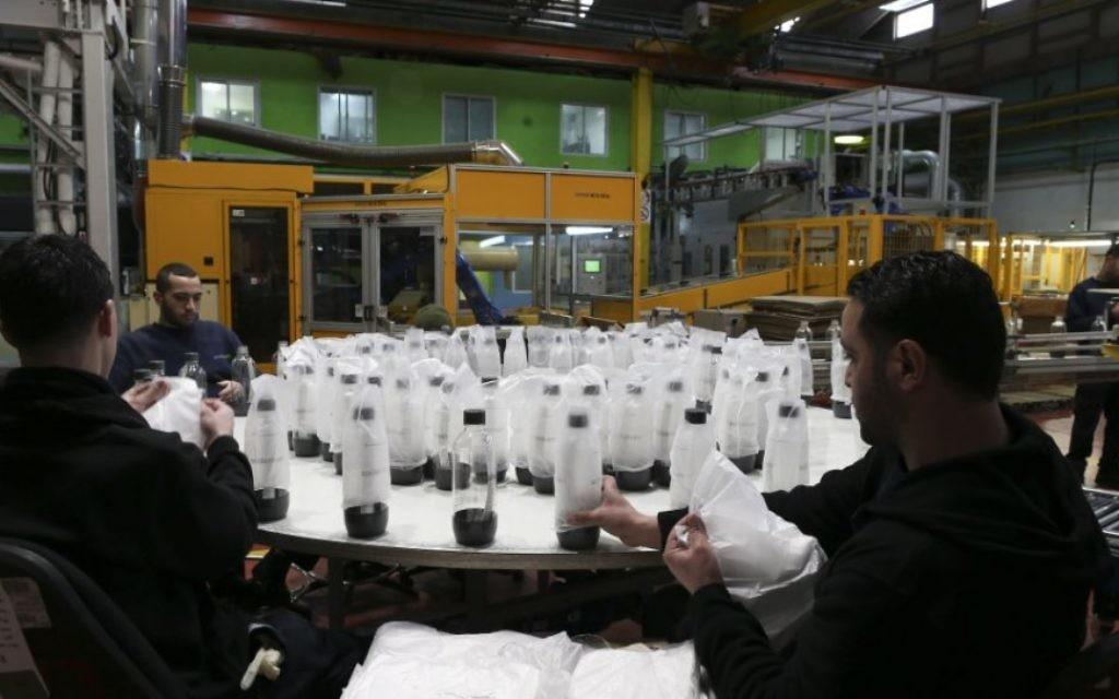 Des ouvriers palestiniens dans l'usine SodaStream, le 2 février 2014. L'usine a été relocalisée dans le Néguev à la suite de critiques de la communauté internationale. (Crédit: Nati Shohat/Flash90)