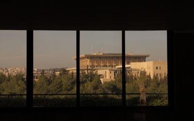 La Knesset vue des tours Wolfson (Crédit : CC BY zeevveez/Flickr)