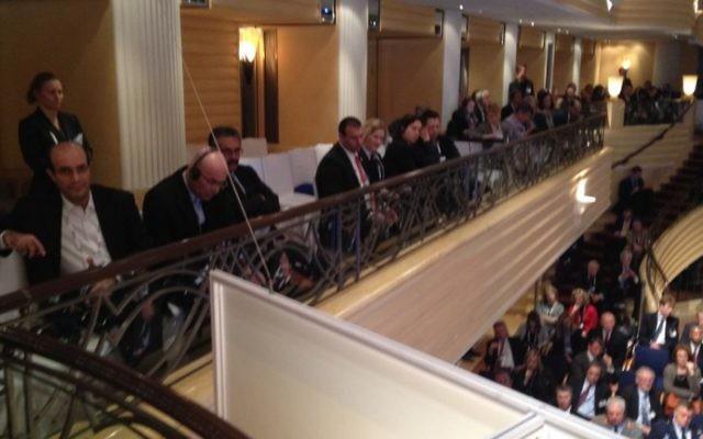A gauche, des responsables iraniens, assis à côté de la délégation israélienne, pendant le discours de Mohammed Javad Zarif, chef de la diplomatie iranienne, lors de la Conférence sur la Sécurité à Munich, le 2 février 2013 (Crédit: Raphael Ahren/TOI)