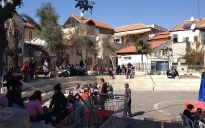 """L'équipe de tournage de l'adaptation d'""""Une histoire d'amour et de ténèbres"""" dans une cour de la rue Agrippas à Jérusalem (Crédit : Jessica Steinberg/Times of Israel)"""