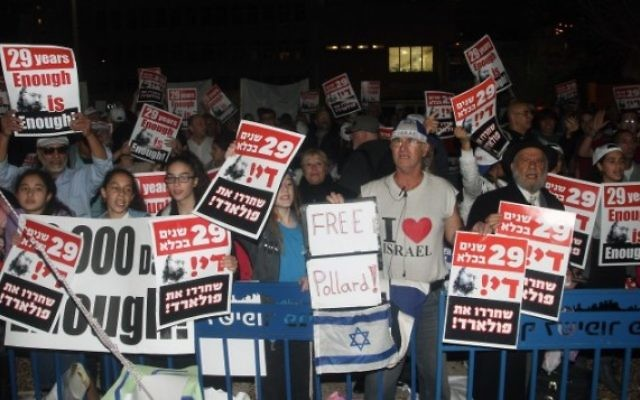Des manifestants israéliens appellent à la libération de Jonathan Pollard lors d'un rassemblement devant l'ambassade américaine à Tel Aviv, le 23 février 2014 (Crédit : Roni Schutzer/Flash90)