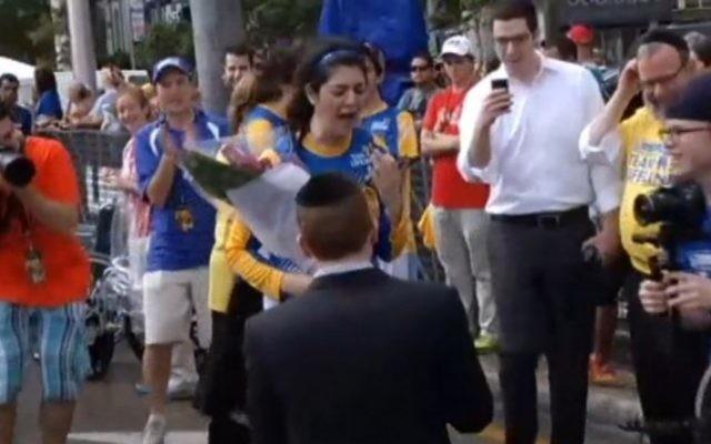 Avi Wolf demande Rachel Avisrur en mariage à la ligne d'arrivée du marathon de Miami (Capture d'écran : Miami Herald)