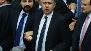 Ali Ihsan Kokturk, député de l'opposition, le nez en sang le 15 février 2014 après un affrontement au Parlement à Ankara (Crédit : AFP)