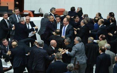 Le gouvernement turc a fait voter samedi par ses députés, entre deux coups de poings, la réforme judiciaire destinée à renforcer son emprise sur les magistrats, aussitôt dénoncée comme un nouveau moyen d'étouffer le scandale de corruption qui l'éclabousse (Crédit : AFP)