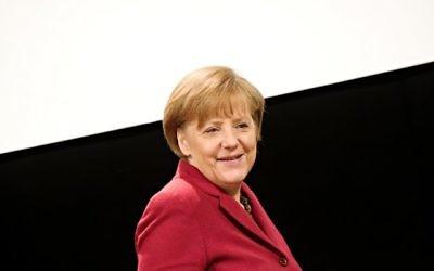 La Chancelière allemande Angela Merkel arrive à une conférence de presse, le 14 mars 2014. (Crédit : AFP/dpa/Nicolas Armer/Germany out)