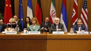 Catherine Ashton (Centre-gauche), chef de la diplomatie européenne, et le ministre iranien des Affaires étrangères, Mohammad Javad Zarif (Centre-droite), le premier jour de la reprise des négociations avec les P5+1 à Vienne, le  18 mars 2014 (Crédit : AFP/DIETER NAGL)