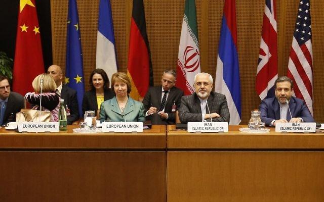 Catherine Ashton (au centre à gauche), chef de la diplomatie européenne, et le ministre iranien des Affaires étrangères, Mohammad Javad Zarif (au centre à droite), le premier jour de la reprise des négociations avec les P5+1 à Vienne, le  18 mars 2014. (Crédit : AFP/DIETER NAGL)