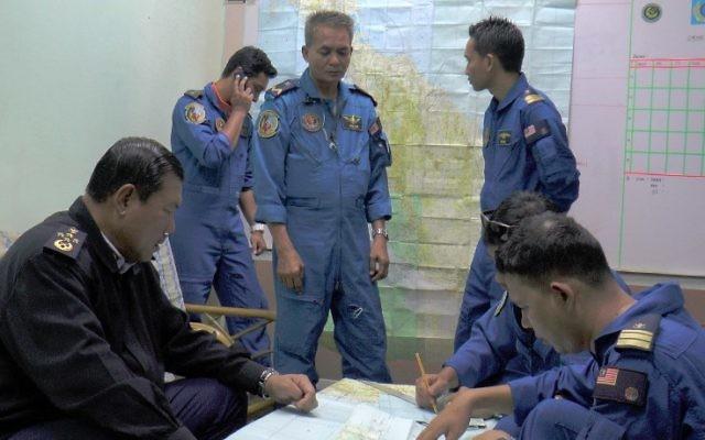 Une image publiée par les forces maritimes malaysiennes, montrant les opérations de recherche et de secours dans la ville de Terengganu à l'est de la Malaisie. (Crédit : AFP Photo/Malaysian Maritime Enforcement)