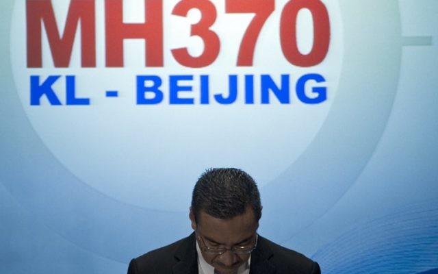 Le ministre malaisien de la Défense, Hishammuddin Hussein lors d'une conférence de presse sur le vol MH370 disparu de Malaysia Airlines, 13 mars 2014 (Crédit : Mohd Rasfan/AFP)