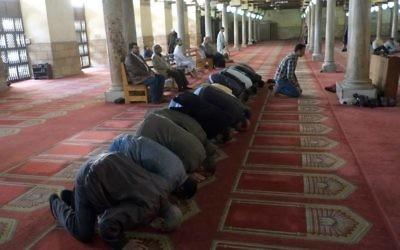 Des musulmans prient à la grande mosquée al-Azhar au Caire, le 14 février 2014 (Crédit : Khaled Desouki/AFP)
