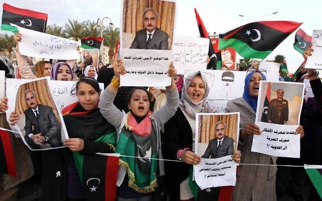 Des manifestants libyens protestent contre le  Congrès général national, la plus haute autorité politique du pays, le 28 fevrier 2014 (Credit : Abdullah Doma/AFP)