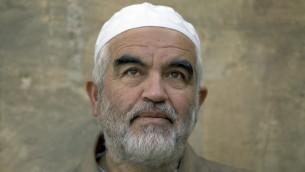 Le dirigeant du mouvement islamiste en Israël, le Cheikh Raëd Salah arrive au tribunal à Jérusalem, le 4 mars 2014 (Crédit :  Ahmad Gharabli/AFP)