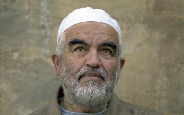 Le dirigeant du mouvement islamiste en Israël, le Cheikh Raëd Salah arrive au tribunal à Jérusalem, le 4 mars 2014 (Crédit photo:  Ahmad Gharabli/AFP)