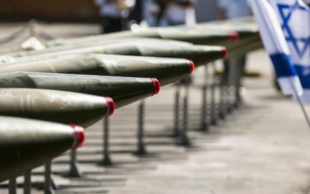 Certaines des 40 roquettes exposées par l'armée israélienne dans le port d'Eilat, le 10 mars 2014. (Crédit : AFP/Jack Guez)