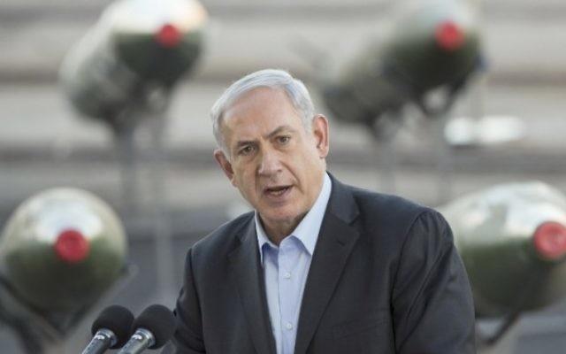 Le Premier ministre Benjamin Netanyahu s'exprime devant la presse dans le port d'Eilat, lundi 10 mars 2014, alors qu'Israël expose les roquettes M-302 déchargées du navire sous pavillon panaméen Klos C (Crédit : AFP/ Jack Guez)