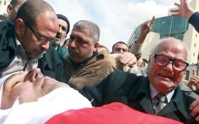 Le père de Raed Zeiter pleure la mort de son fils aux funérailles qui ont eu lieu à Naplouse, dans le nord de la Cisjordanie, le 11 mars 2014 (Crédit : Jaafar Ashtiyeh/AFP)
