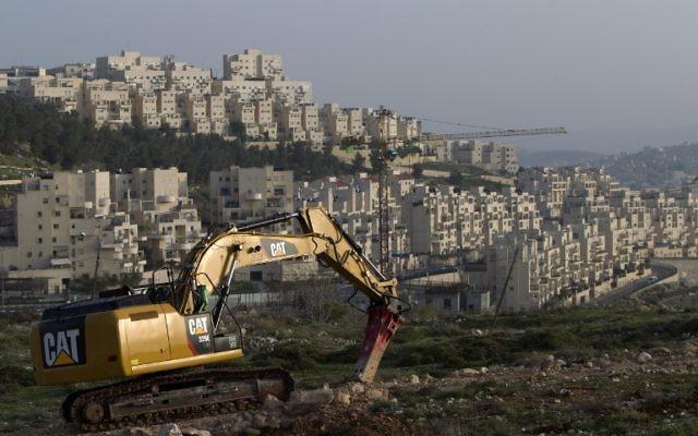 Un bulldozer sur un site de construction dans le quartier Har Homa de Jérusalem Est, le 19 mars 2014. Illustration. (Crédit : Ahmad Gharabli/AFP)