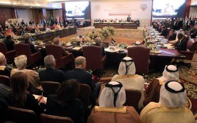 La session d'ouverture de la réunion des ministres des Affaires étrangères de la Ligue arabe, en préparation du Sommet arabe, le 23 mars 2014 (Crédit : Yasser al-Zayyat/AFP)