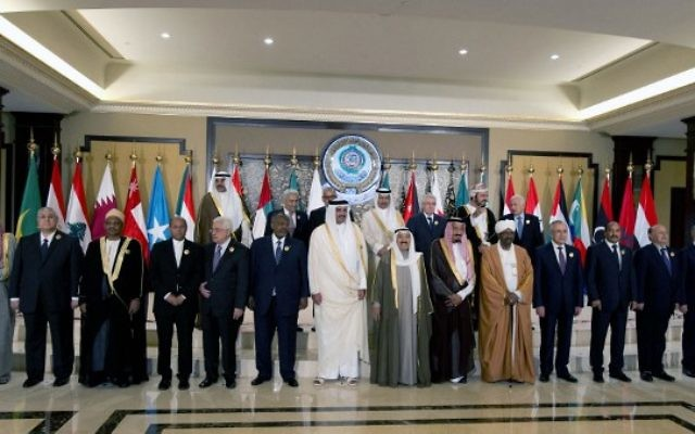 Les dirigeants arabes posent pour une photo de groupe avant le début du Sommet arabe, le 25 mars 2014 (Crédit : Yasser al-Zayyat/AFP)