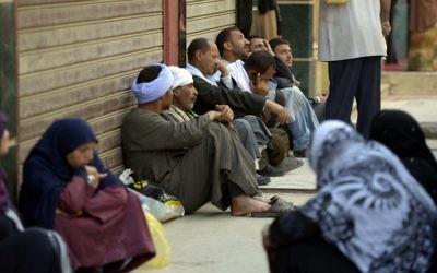 Les familles des condamnés à mort attendent devant le tribunal de Minya en Égypte, le 25 mars 2014 (Crédit : AFP Photo/STR)