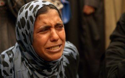 Un femme de la famille de condamnés à mort pleure devant le tribunal de Minya en Égypte, le 25 mars 2014 (Crédit : AFP Photo/STR)
