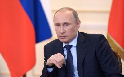 Le président russe Vladimir Poutine lors d'une conférence de presse dans sa résidence de Novo-Ogaryova près de Moscou, le 4 mars 2014 (Crédit : Alexey Nikolsky/AFP)