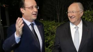 Le président du Crif, Roger Cukierman accueille le président François Hollande au dîner annuel du Crif, le 4 mars 2014 (Crédit : AFP Photo/Pool/Michel Euler)
