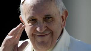 Le pape François Ier salue la foule sur la place Saint Pierre au Vatican, le 5 mars 2014 (Crédit : Andrea Solaro/AFP Photo)