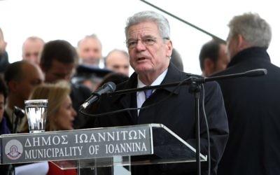 Le président Joachim Gauck demande publiquement  pardon à la Grèce pour des massacres commis par les nazis, 7 mars 2014 (Crédit : Sakis Mitrolidis/AFP)