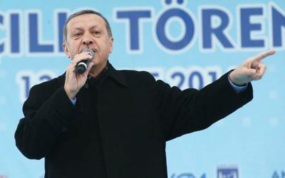 Le Premier ministre turc Recep Tayyip Erdogan prononce un discours à la cérémonie d'ouverture d'une nouvelle ligne de métro à Ankara, le 13 mars 2014 (Crédit : AFP PHOTO/Adem Altan)